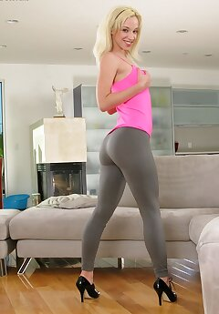 yoga pants voyeur pictures