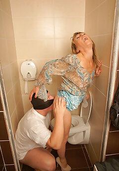 toilet voyeur pictures